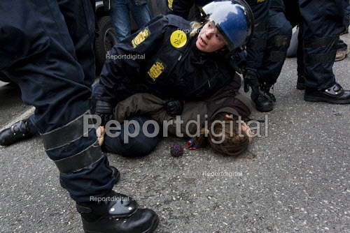 Policewoman officer arrests a woman protester. COP15 United Nations Climate Change Conference, Copenhagen 2009, Denmark. - Jess Hurd - 2009-12-11