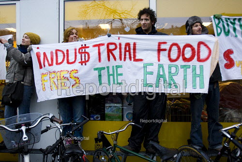 Industrial food fries the earth Agricultural demonstration serves organic soup outside a Netto store and advocates growing your own food. Protests against COP15 United Nations Climate Change Conference, Copenhagen 2009, Denmark. - Jess Hurd - 2009-12-15