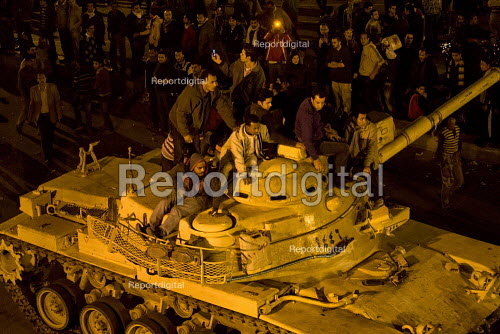 Protestors riding on tanks. Uprising on the streets of Cairo against the dictatorship. Egypt. - Jess Hurd - 2011-01-28