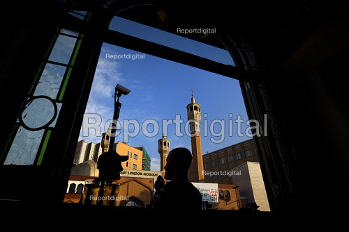 Friends has a drink outside a bar opposite the East London Mosque, Whitechapel, East London. - Jess Hurd - 2011-07-29