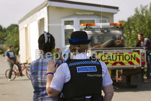 PCSO breaks down in tears and supports a traveller family as they move their chalets to safety ahead of the eviction of Dale Farm. Basildon. Essex. London. - Jess Hurd - 2011-09-16