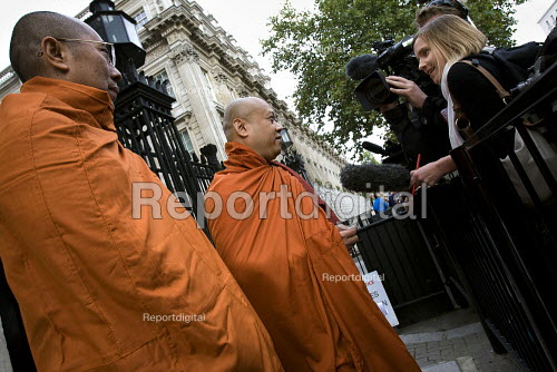 Delegation at No 10 Downing Street. A global day of action for democracy in Burma, London. - Jess Hurd - 2007-10-06