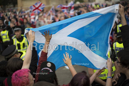 Yes Campaign as No Campaign, far right nationalists taunt Yes Campaign in George Square the day after polling day in the Scottish Independence Referendum. Glasgow, Scotland. - Jess Hurd - 2014-09-19