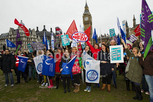 NHS public service workers in a strike over pay at St Thomas' Hospital march to Parliament Sq, London. - Jess Hurd - 2014-10-13