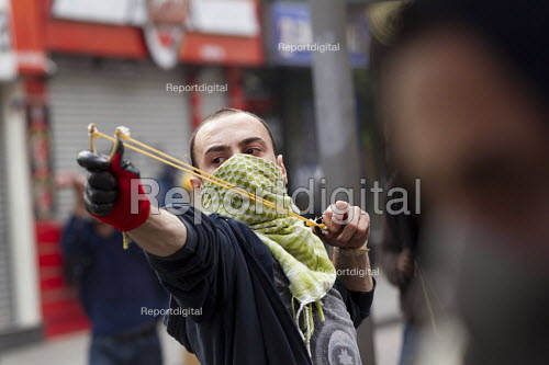 Turkish police surround Taksim Square to prevent May day marches. Istanbul, Turkey. - Jess Hurd - 2014-05-01
