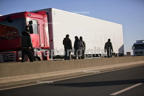 Calais migrants trying to stowaway on trucks bound for the UK. France. - Jess Hurd - 2015-01-13