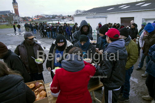 Calais migrants queue in freezing conditions for the last day of food provided by Salam. French authorities have instructed the charity to stop serving food on the street with threats of violence, as a new centre is opened. Calais. France. - Jess Hurd - 2015-01-13