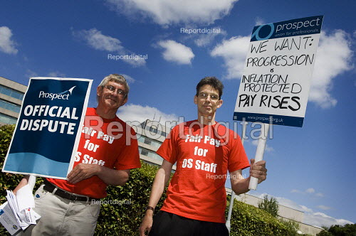 Prospect union members at Ordnance Survey headquarters in Southampton walk out on strike at midday on Tuesday July 11 2006, as part of their ongoing protest at the failure of OS management to agree a fair pay deal. - Paul Carter - 2006-07-11
