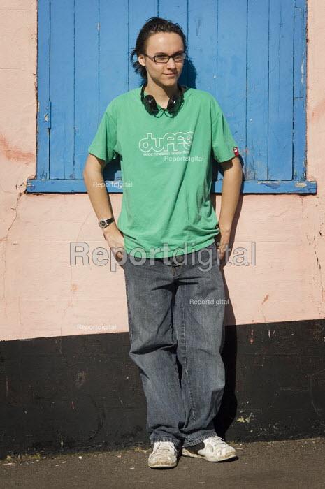 Casual portrait of teenager. - Paul Carter - 2007-03-11