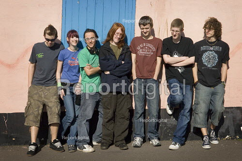 Casual portrait of a group of teenagers. - Paul Carter - 2007-03-11