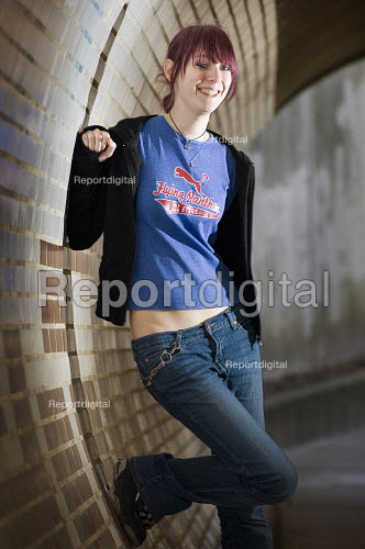 Casual portrait of a teenage girl in a subway. - Paul Carter - 2007-03-11