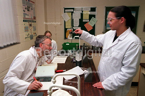 Chemistry lesson in sixth form college. - Roy Peters - 1999-07-04