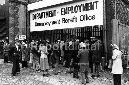 Unemployment Benefit Office Liverpool. 1979 - John Sturrock - 1979-10-20