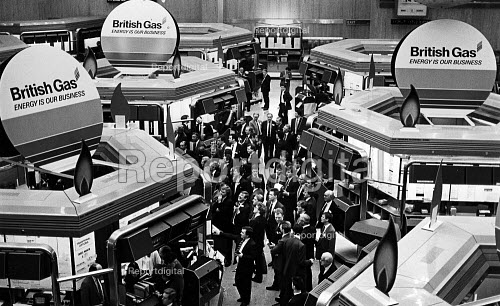 Market makers on the Stock Exchange floor, just after the start of trading in gas shares. - John Sturrock - 1986-12-08