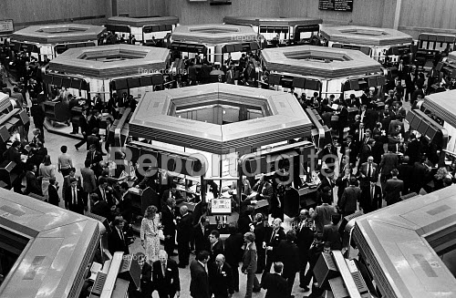 Go 10am, with Topic computer out of action and SEAQ suspended, the market traders fill the Stock Exchange to deal in the traditional way on Big Bang Day. - John Sturrock - 1986-10-27