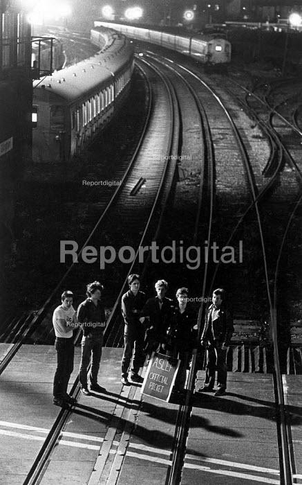 Aslef picket, Gillingham depot at 4am, rail strike. - John Sturrock - 1982-07-12