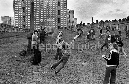 Children playing football in Sighthill Cemetery, north of Glasgow city centre. - John Sturrock - 1980-08-10