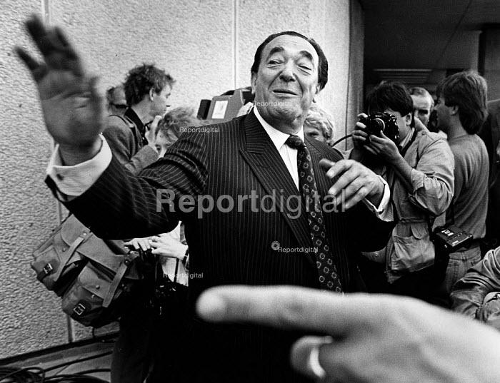 Robert Maxwell, in front of the press. - John Sturrock - 1988-10-10