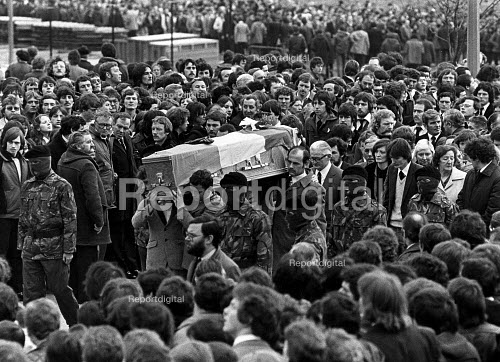 Funeral of the IRA prisoner Bobby Sands, 1981. Bobby Sands coffin as it leaves St. Lukes Churchl, Twin Brook, West Belfast, Northern Ireland. Republican MP Bobby Sands died in the prison hospital after 66 days of a hunger strike, aged 27 - John Sturrock - 1981-05-07