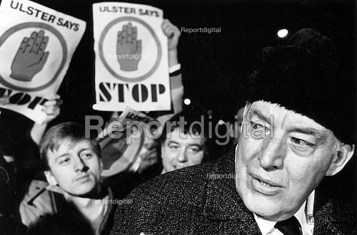 Loyalist one day Strike against Anglo-Irish Agreement. Shortly after midnight, Ian Paisley visits the picket line at Harland and Wolff, Belfast. - John Sturrock - 1986-03-03