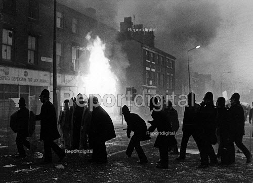 Liverpool police re-occupy Upper Parliament St, in the Toxteth Riot. - John Sturrock - 1981-07-06