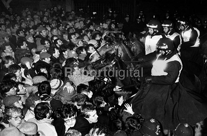 Mounted police and mass picket, Wapping dispute, 1986 - John Sturrock - 1986-03-23