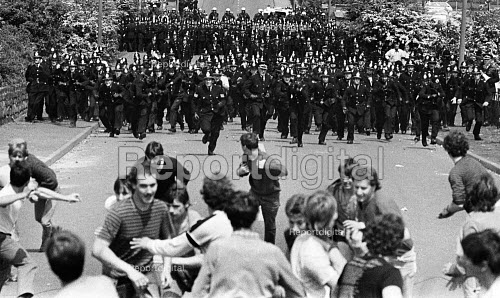 Battle of Orgreave 1984. Police charging NUM mass picket, Orgreave Coke Works, near Sheffield, Yorkshire - John Sturrock - 1984-05-28