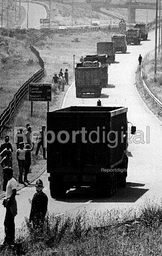 Miners Strike, convoy of iron ore leaving Port Talbot for Llanwern Steelworks, Wales - John Sturrock - 1984-07-04
