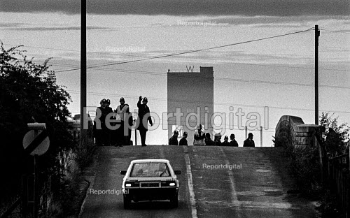 Police roadblock on the Derbyshire - Nottinghamshire county boarder at Shirebrook. To stop pickets from reaching Warsop Main Colliery in Nottinghamshire. Miners strike - John Sturrock - 1984-07-16