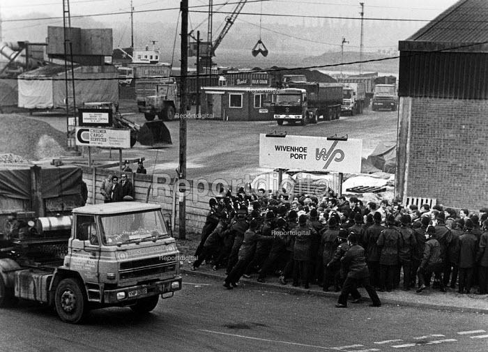 NUM Strike, miners picket coal imports at a small Essex port Wivenhoe. - John Sturrock - 1984-04-10
