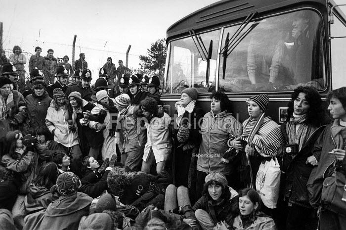 Blockade against cruise missiles, Greenham Common 1982 - John Sturrock - 1982-12-13