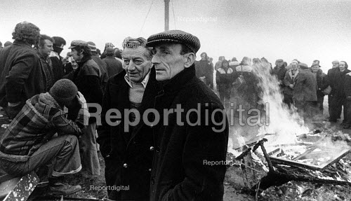 Refuse collectors picket during the Winter of Discontent, in Brighton. - John Sturrock - 1979-02-26