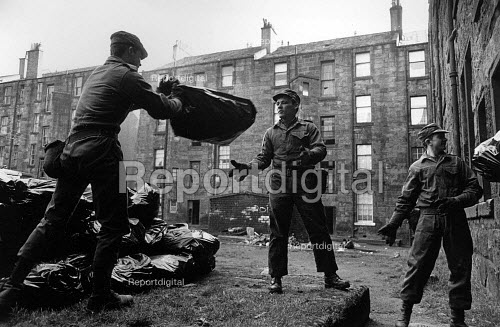Army moving bags of rubbish as the Labour government breaks the refuse collectors strike, Glasgow 1979 - John Sturrock - 1979-01-30