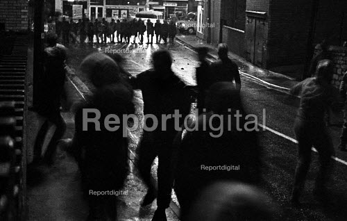 Pickets from Frickley confront riot police at night as they try to break the strike, South Elmsall pit village, Yorkshire. - John Sturrock - 1984-11-15