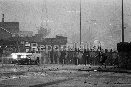 Riot Police occupy Cortonwood pit village, Yorkshire. - John Sturrock - 1984-11-09