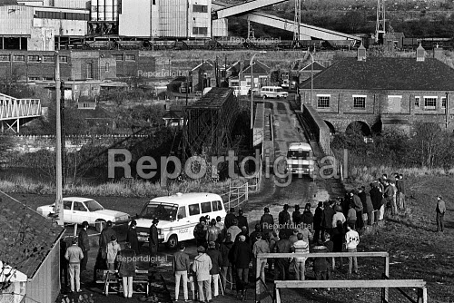 Pickets at Cadeby Main colliery, Conisbrough, Yorkshire - John Sturrock - 1984-09-11
