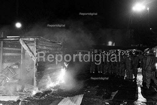 Police burn NUM picket hut, Askern colliery, Yorkshire - John Sturrock - 1984-11-23