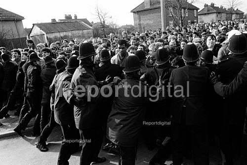 Mass picket in defiance of an injunction, Bentley colliery, Yorkshire, Miners Strike. - John Sturrock - 1985-02-14