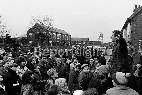 Ian Mitchel speaking to pickets who mass picket in defiance of an injunction, Frickley colliery, South Elmsal, Yorkshire Miners Strike. Mass picket inspite of an injunction. - John Sturrock - 1985-02-19