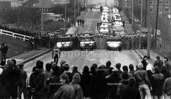 Mass picket, Cortonwood Colliery, Yorkshire - John Sturrock - 1985-01-29