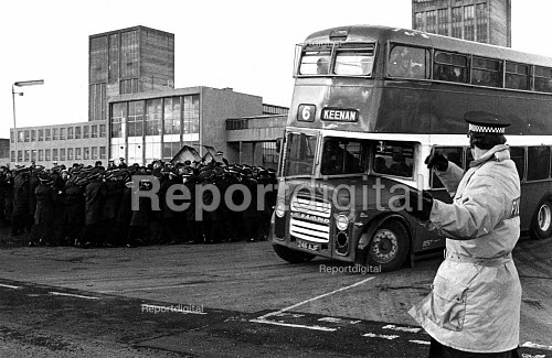 Police bring out a bus with scabs. Mass picket at Killoch Colliery, Ayrshire, Scotland - John Sturrock - 1985-01-23