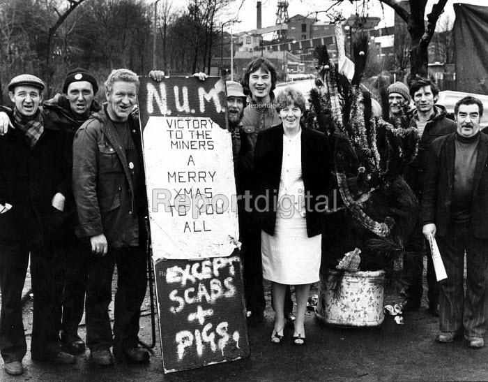 Nurses join Rossington Colliery picket, Doncaster. Merry Xmas. - John Sturrock - 1984-12-14