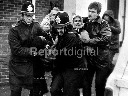 Police arrest pickets, Hatfield Main womens support group picket, Dunscroft miners welfare, Dovescroft, Doncaster, Yorkshire, the Miners strike - John Sturrock - 1985-01-21