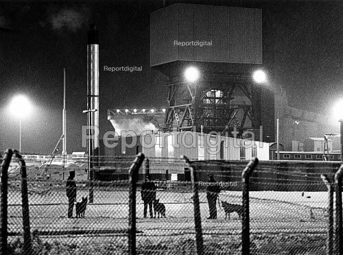 Police with dogs guarding Kellingley Colliery, North Yorkshire - John Sturrock - 1985-01-14