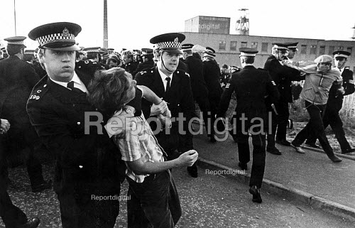 Police arrest pickets, Bilston Glen Colliery, Scotland, Miners Strike. - John Sturrock - 1984-07-24