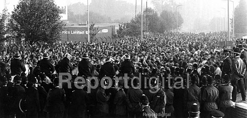 Mass picket confront police, Manvers Main South Yorkshire. - John Sturrock - 1984-09-13