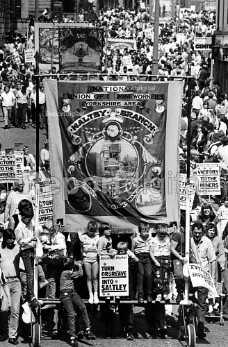 Turn Orgreave into Saltley placard, Maltby branch banner, Yorkshire miners gala, Wakefield. - John Sturrock - 1984-06-16