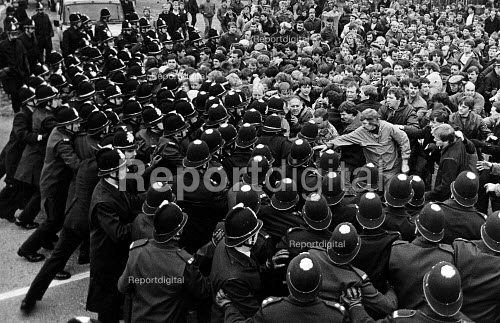 Police and a mass picket, Allerton Bywater colliery, Yorkshire. Miners Strike 1984 - John Sturrock - 1984-09-27
