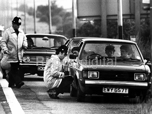 Police roadblock at junction 24 of the M1 Motorway - stopping pickets getting into Nottinghamshire and gathering information on the strikers. The Miners strike. - John Harris - 1984-07-16
