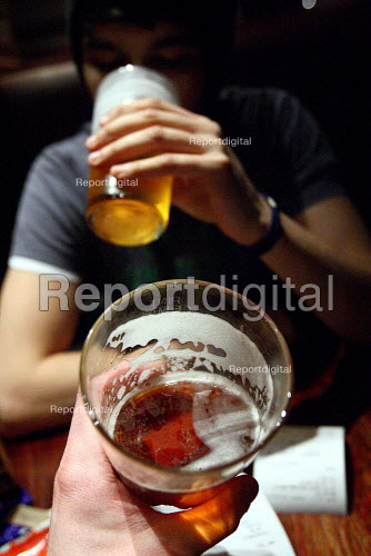 Two friends having a pint in a Wetherspoons pub after work. London. - Justin Tallis - 2010-01-20